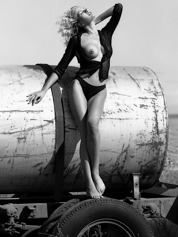 tank sitter artistic nude photo by photographer bill lemon