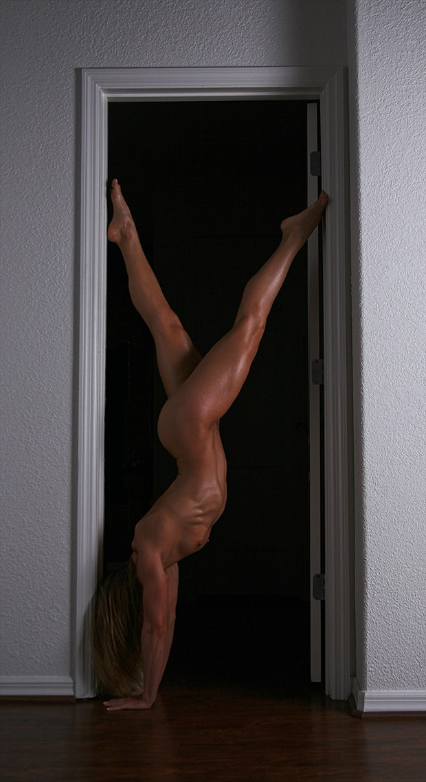 Artistic Physique making it look easy. Artistic Nude Photo by Photographer Chris Gursky
