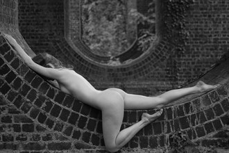 Curve Artistic Nude Photo by Photographer Zoom Out