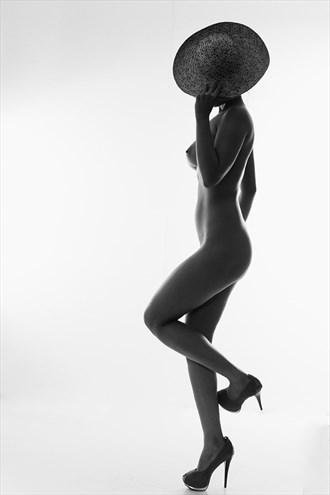 FEMALE FIGURE WITH A HAT Artistic Nude Photo by Photographer IG