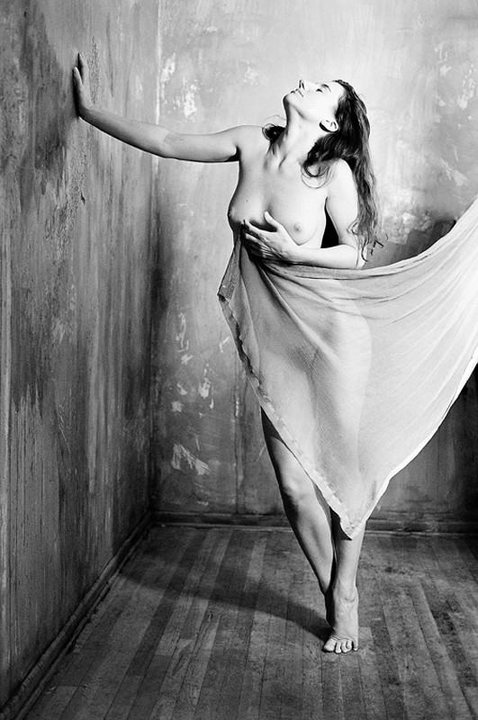 If these walls could talk Artistic Nude Photo by Photographer Vahid Naziri