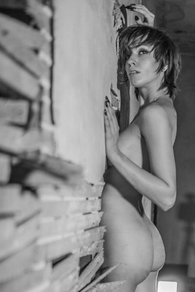 In the walls Artistic Nude Photo by Model Saturn Werde