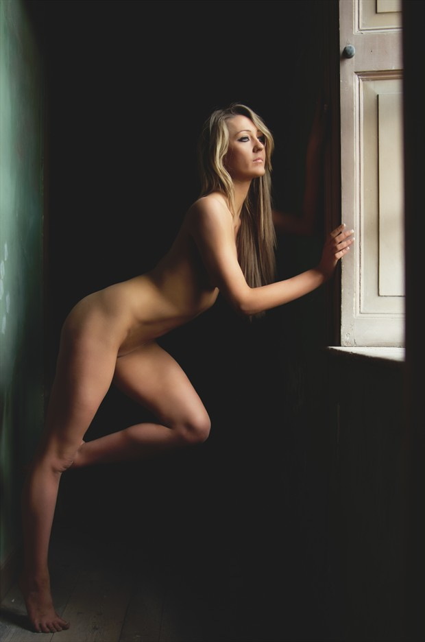 Looking  Artistic Nude Photo by Photographer Malurwin