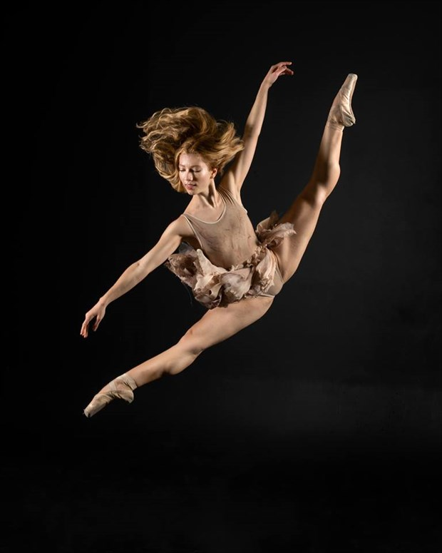 Studio Lighting Figure Study Photo by Model PoppySeed Dancer