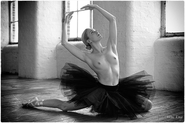 The Black Swan Artistic Nude Photo by Photographer Mike Rhys