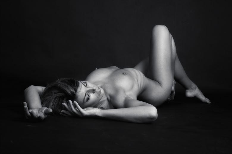 amber reclining artistic nude artwork by photographer tony avellino