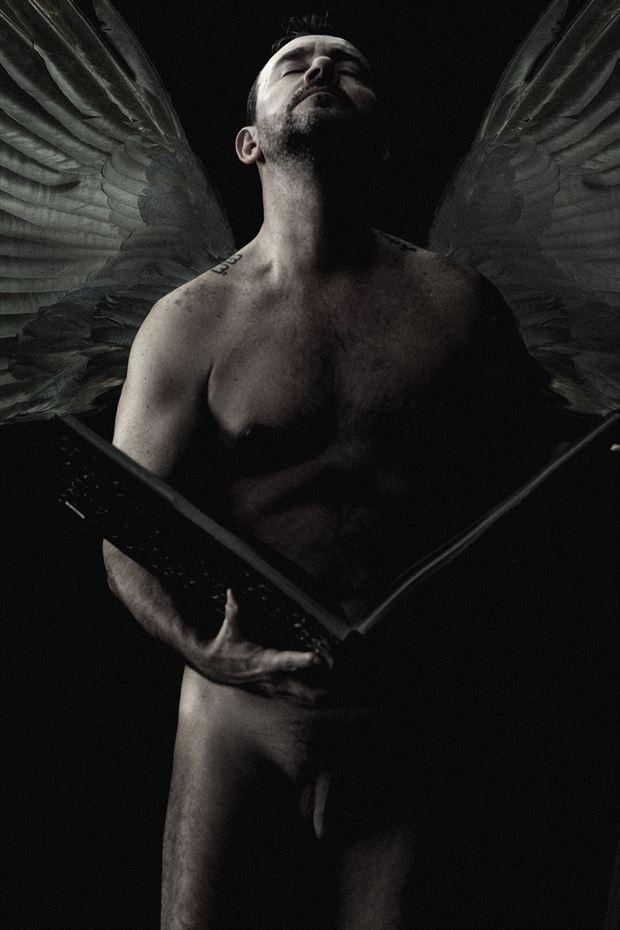 aprendiendo a volar con mis libros artistic nude photo by photographer gustavo combariza