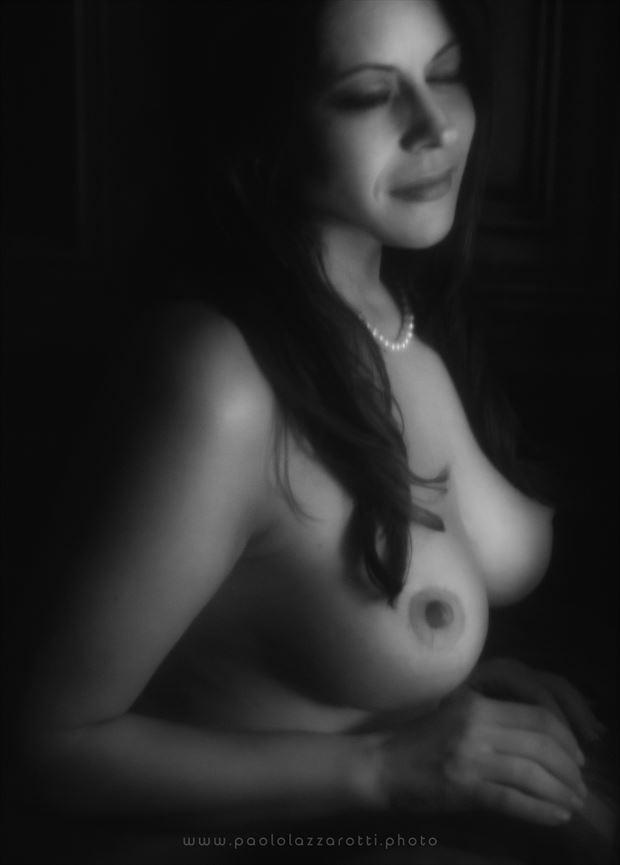 artistic nude chiaroscuro photo by photographer paolo lazzarotti