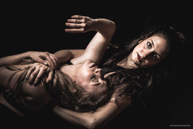 ashley and emily chiaroscuro photo by photographer tomasori