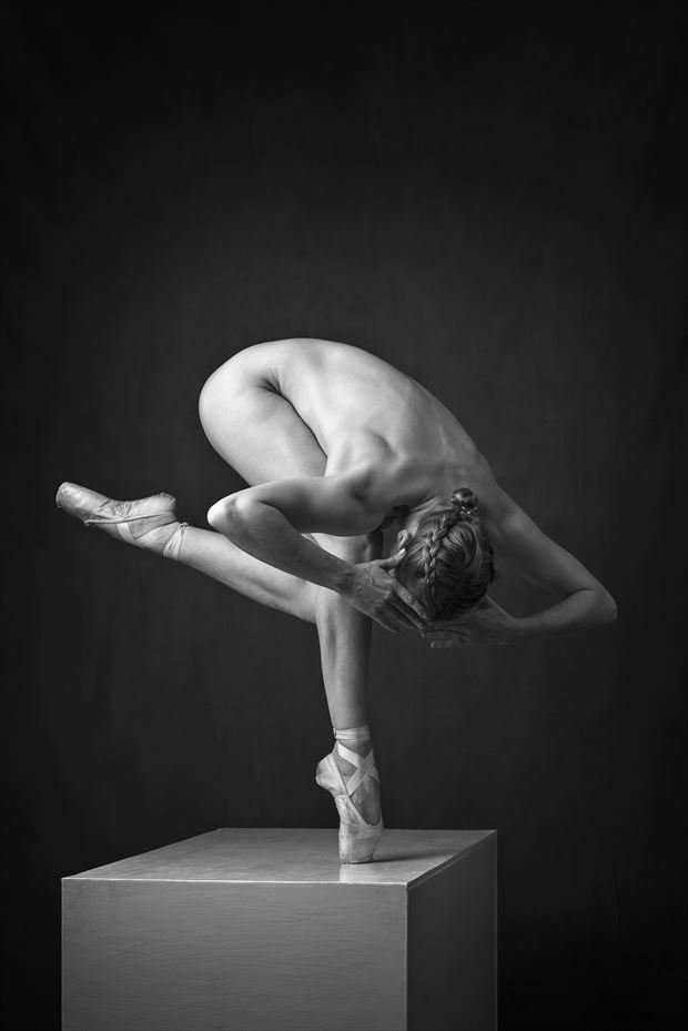 balanced view artistic nude photo by photographer niall
