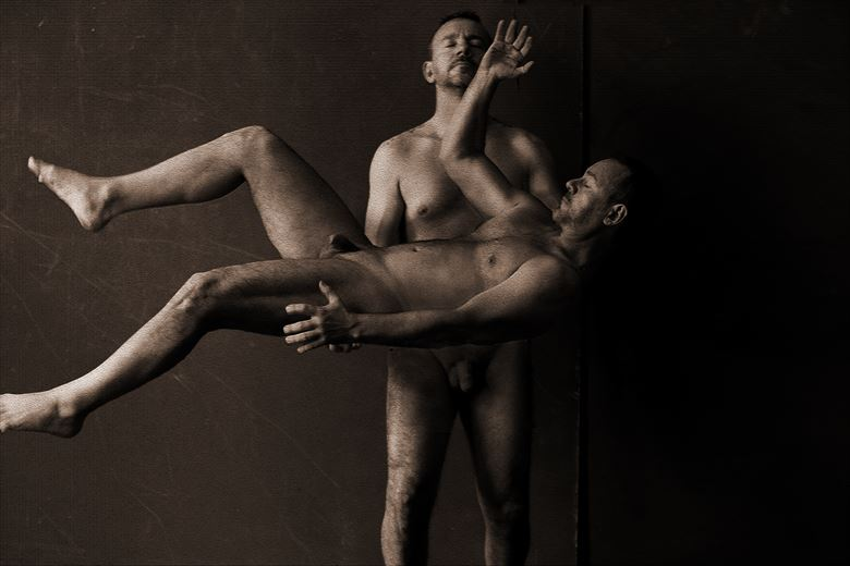 cargando_me autorretrato couples photo by photographer gustavo combariza