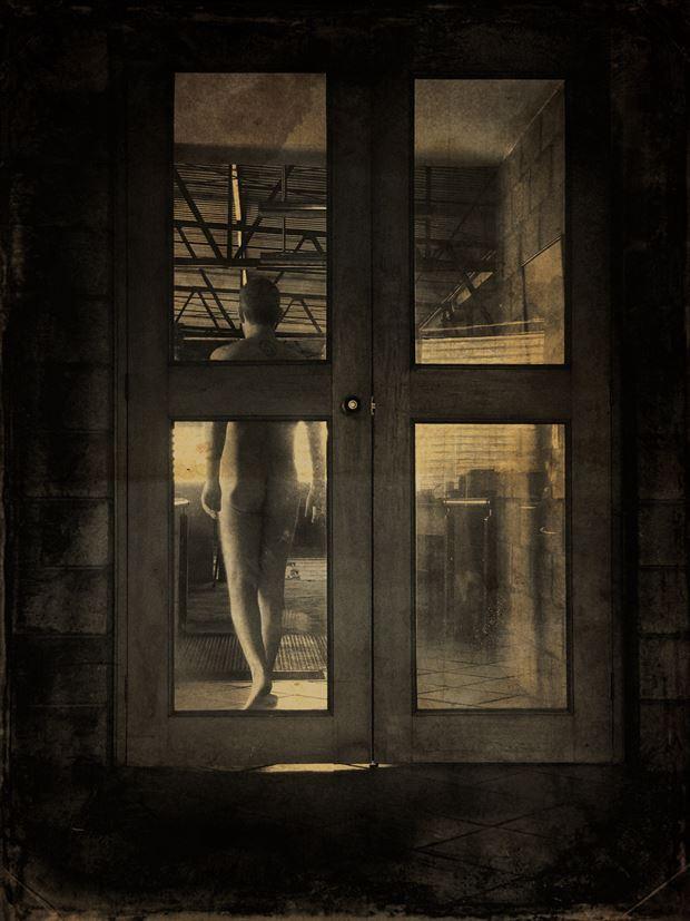cerrando una puerta caminando a la luz artistic nude photo by photographer gustavo combariza