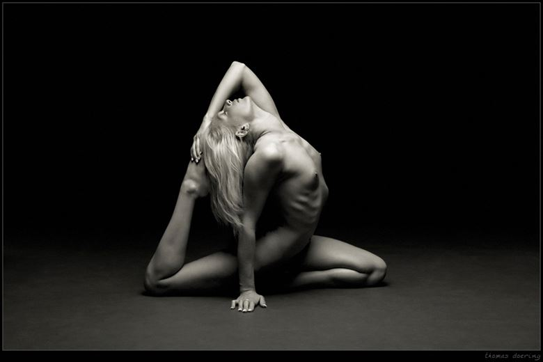 flexible artistic nude photo by photographer thomas doering