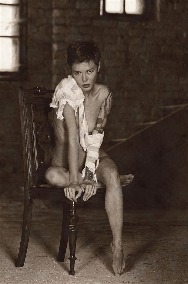 gazing artistic nude photo by photographer kuti zolt%C3%A1n hermann