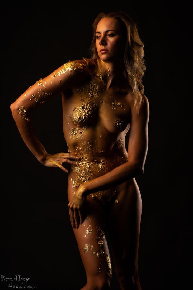 golden girl artistic nude photo by model alexandra queen