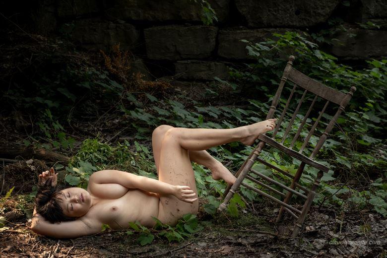 le corps et la chaise en for%C3%AAt artistic nude photo by photographer claude frenette