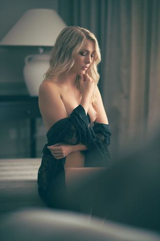 looking in artistic nude photo by photographer ciaran