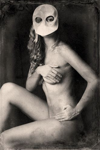 mask artistic nude photo by photographer gustavo combariza