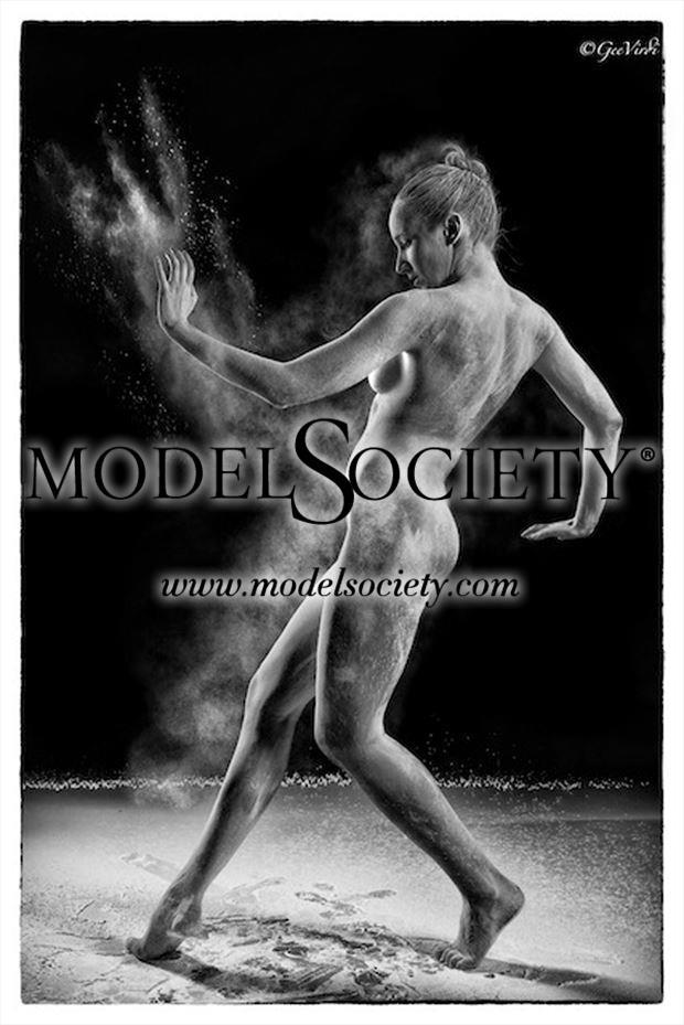monochrome powder play artistic nude photo by photographer gee virdi