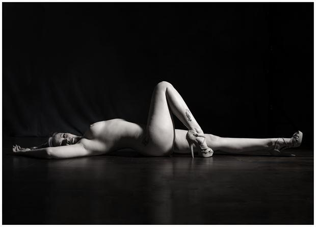 one knee high artistic nude photo by photographer tommy 2 s