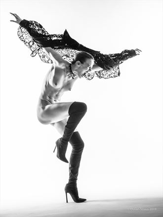 playing hawk artistic nude photo by photographer du%C5%A1an %C5%A1traus