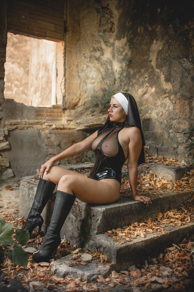 reflection of the nun artistic nude photo by photographer rafael ugueto