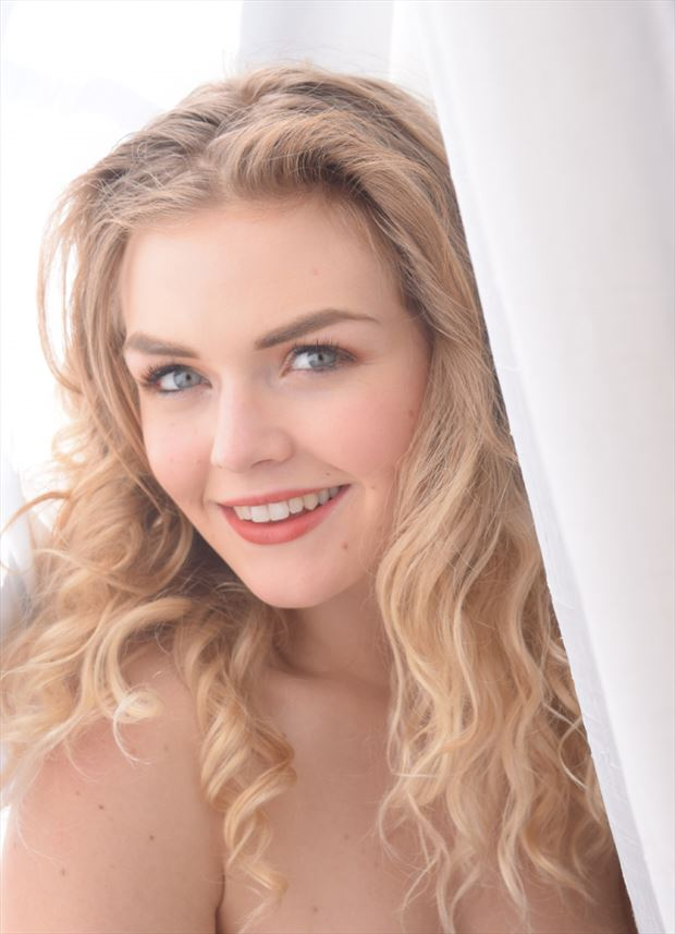 sara smile figure study photo by model katarina keen