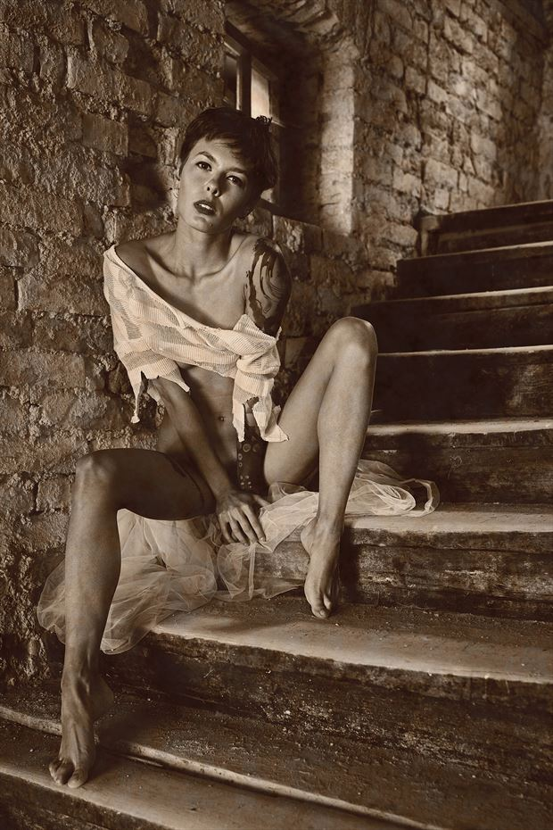 sitting on the steps artistic nude photo by photographer kuti zolt%C3%A1n hermann