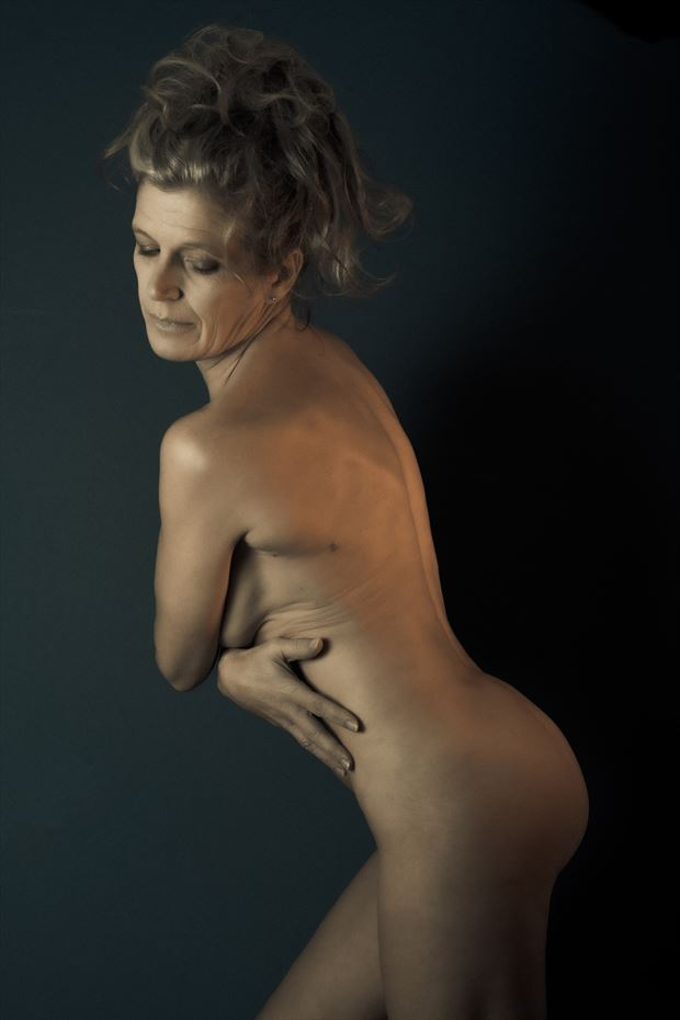 stay guarded artistic nude photo by model helen saunders