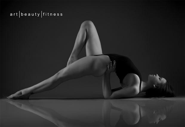 studio lighting figure study photo by photographer art beauty fitness