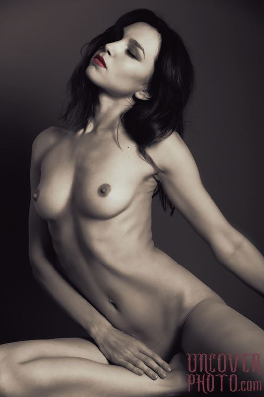 studio lighting figure study photo by photographer uncoverphoto