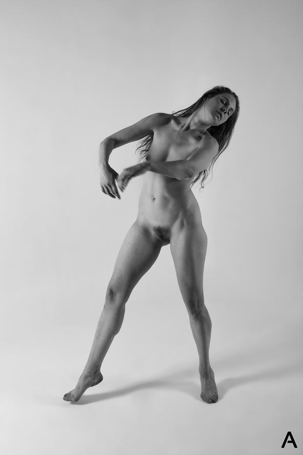 swaying artistic nude photo by photographer apetura