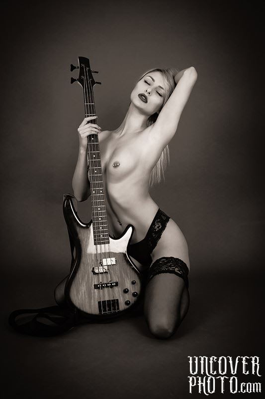 the bassist artistic nude photo by photographer uncoverphoto