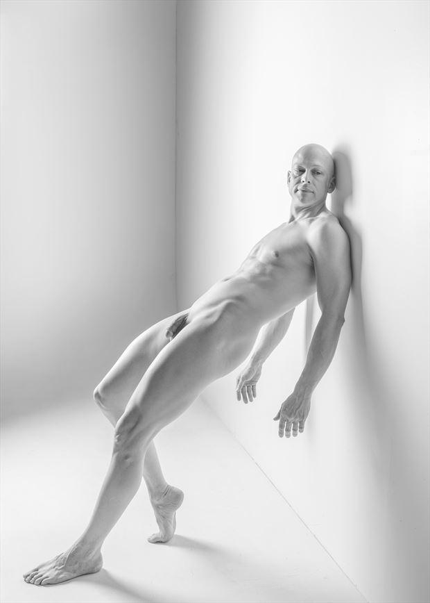 white wall artistic nude photo by photographer luka zozka