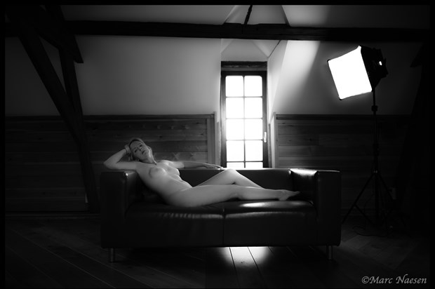 A l'aise Artistic Nude Photo print by Photographer Marc Naesen