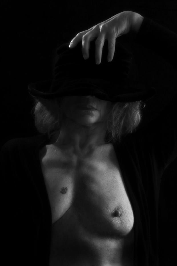 The black hat Artistic Nude Photo print by Photographer StudioVi2